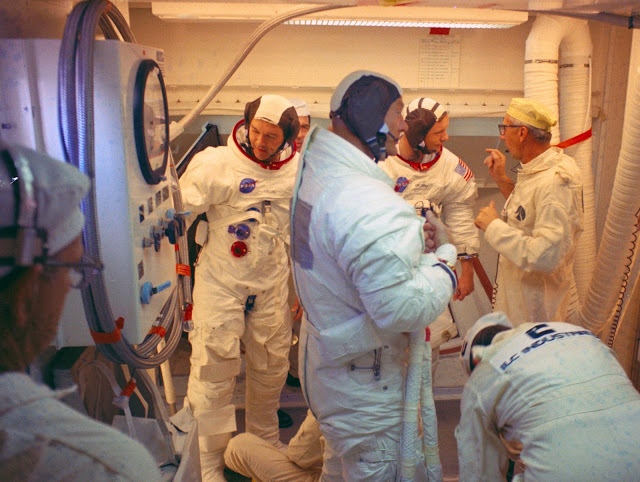 http://lh3.googleusercontent.com/-e8l7yY7A9N0/VfbcQsu_a7I/AAAAAAAAEhg/6Sbm5GqXHds/s640-Ic42/Guenter_Wendt_and_the_Apollo_11_Crew.jpg